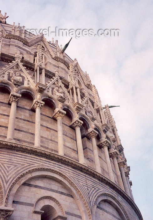 italy66: Italy / Italia - Pisa ( Toscany / Toscana ) / PSA : intricate Gothic decoration by Nicola and Giovanni Pisano - dome of the Baptistry - photo by Miguel Torres - (c) Travel-Images.com - Stock Photography agency - Image Bank