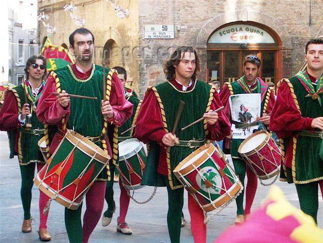 italy86: Italy / Italia - Siena / Sienna:  (Toscany / Toscana) / FLR : parade of the paleo champions - drummers (photo by Fiona Hoskin) - (c) Travel-Images.com - Stock Photography agency - Image Bank
