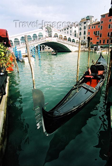 italy90: Italy - Venice / Venezia (Venetia / Veneto) / VCE : gondola on the Canal Grande - Ponte di Rialto (photo by J.Kaman) - (c) Travel-Images.com - Stock Photography agency - Image Bank