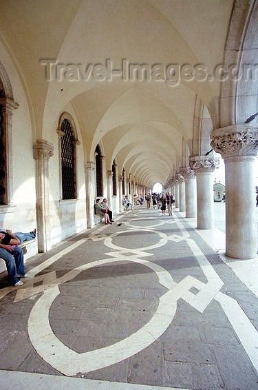 italy94: Italy - Venice / Venezia (Venetia / Veneto) / VCE : Venice: arcade of the Dukes' palace (photo by J.Kaman) - (c) Travel-Images.com - Stock Photography agency - Image Bank