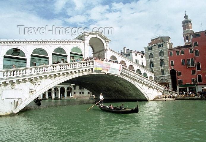 italy95: Italy - Venice / Venezia (Venetia / Veneto) / VCE : Venice: gondola crossing the Rialto bridge - Grand Canal (photo by J.Kaman) - (c) Travel-Images.com - Stock Photography agency - Image Bank