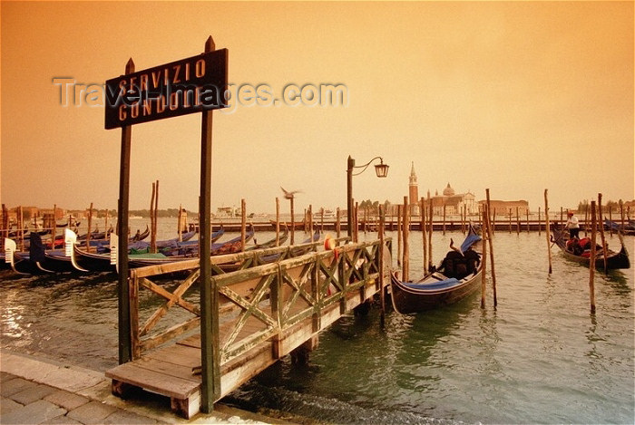 italy97: Italy - Venice / Venezia / Venedig (Venetia / Veneto) / VCE : gondola stande - Riva di Schiavoni, by the Palazzo Ducale / servizio gondole (photo by J.Kaman) - (c) Travel-Images.com - Stock Photography agency - Image Bank