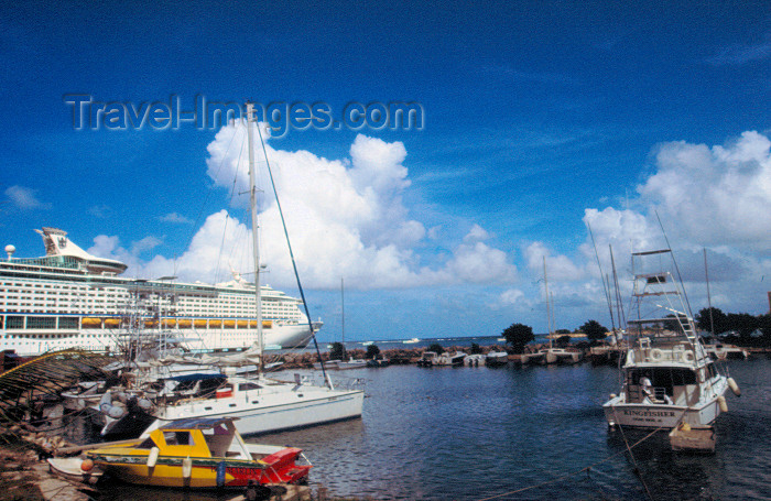 jamaica54: Jamaica - Ocho Rios: boats and cruise ship - photo by Francisca Rigaud - (c) Travel-Images.com - Stock Photography agency - Image Bank
