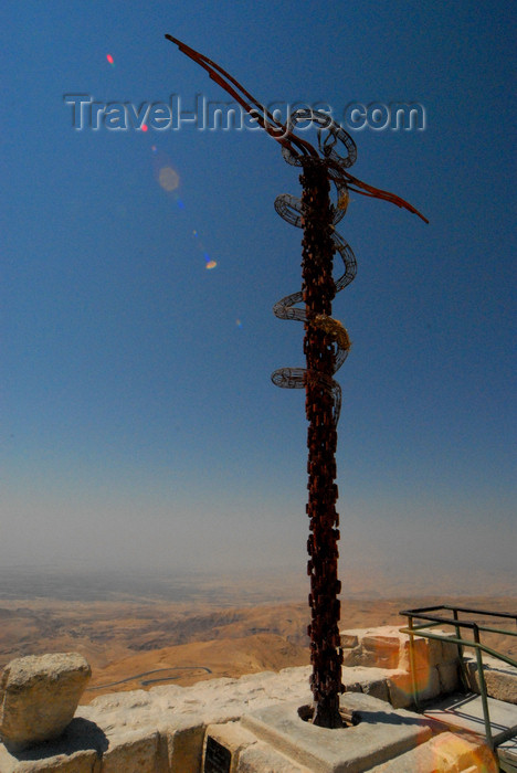 jordan122: Mount Nebo - Madaba governorate - Jordan: the Brazen Serpent - sculpture by Italian artist Giovanni Fantoni - symbolizes the bronze serpent created by Moses in the wilderness (Numbers 21:4-9) and the cross upon which Jesus was crucified - view of the valley of the river Jordan - photo by M.Torres - (c) Travel-Images.com - Stock Photography agency - Image Bank