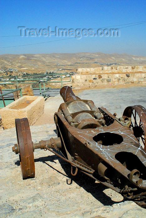 jordan129: Al Karak - Jordan: Crac des Moabites castle - 19th century gun - photo by M.Torres - (c) Travel-Images.com - Stock Photography agency - Image Bank