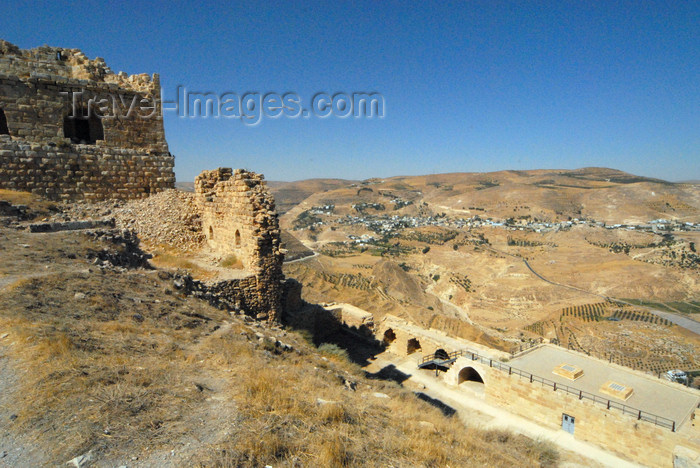 jordan140: Al Karak - Jordan: Crac des Moabites castle - view SW from the keep, over the archaeological  museum building - photo by M.Torres - (c) Travel-Images.com - Stock Photography agency - Image Bank