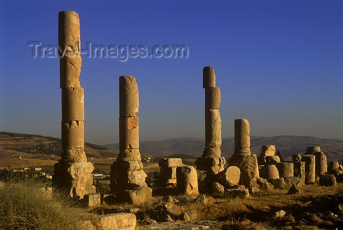 jordan15: Jordan - Jerash / Jarash: ruined columns - photo by J.Wreford - (c) Travel-Images.com - Stock Photography agency - Image Bank