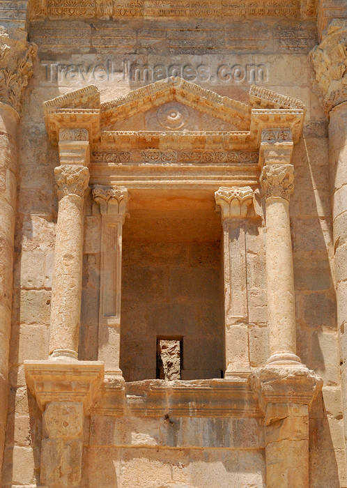 jordan154: Jerash - Jordan: window in Hadrian's triumphal arch - Bab Amman - Roman city of Gerasa - photo by M.Torres - (c) Travel-Images.com - Stock Photography agency - Image Bank