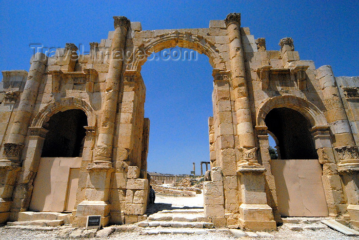 jordan158: Jerash - Jordan: South gate with characteristic carved acanthus-leaf decoration - Roman city of Gerasa - photo by M.Torres - (c) Travel-Images.com - Stock Photography agency - Image Bank