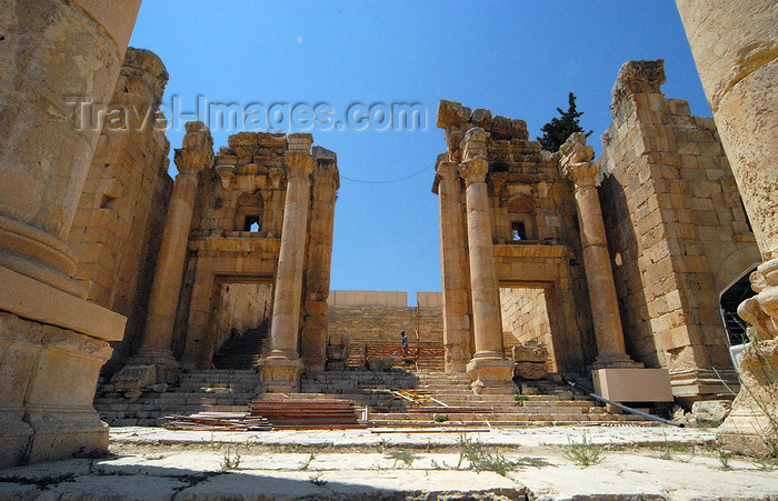 jordan175: Jerash - Jordan: North Propylaeum - Great Gate of the Temple of Artemis - Roman city of Gerasa - photo by M.Torres - (c) Travel-Images.com - Stock Photography agency - Image Bank