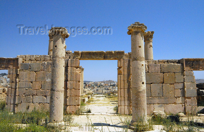 jordan185: Jerash - Jordan: gate - view of the modern city - Roman city of Gerasa - photo by M.Torres - (c) Travel-Images.com - Stock Photography agency - Image Bank