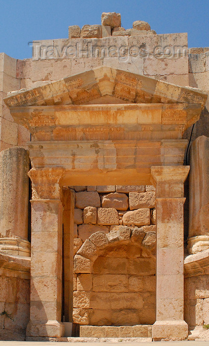 jordan187: Jerash - Jordan: South theatre - Frons Scenae - central gate - Roman city of Gerasa - photo by M.Torres - (c) Travel-Images.com - Stock Photography agency - Image Bank