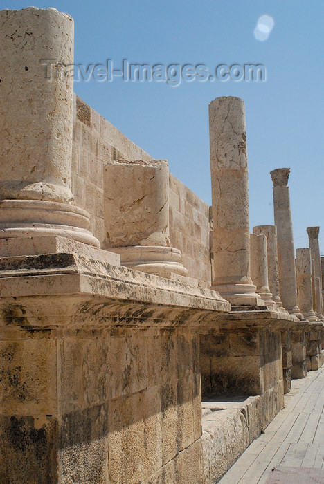 jordan203: Amman - Jordan: Roman Theatre - columns on the scaenae frons - photo by M.Torres - (c) Travel-Images.com - Stock Photography agency - Image Bank