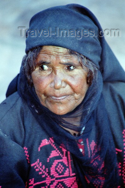 jordan25: Jordan - Petra: old bedouin woman - photo by J.Kaman - (c) Travel-Images.com - Stock Photography agency - Image Bank