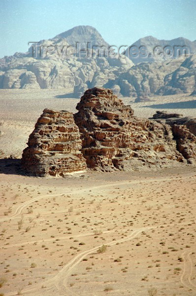 jordan31: Jordan - Wadi Rum: rock formations - sandstone monuments - photo by J.Kaman - (c) Travel-Images.com - Stock Photography agency - Image Bank