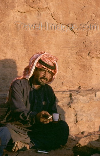 jordan32: Jordan - Wadi Rum: a bedouin's coffee break - photo by J.Kaman - (c) Travel-Images.com - Stock Photography agency - Image Bank