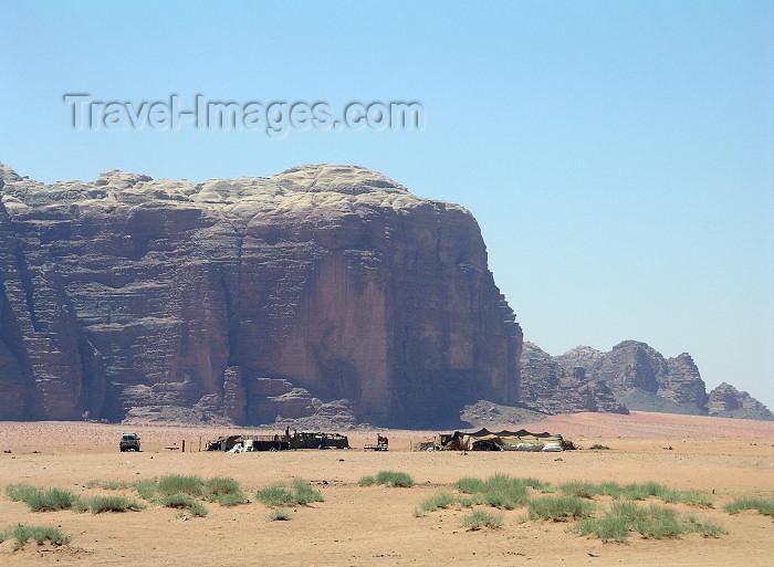 jordan39: Jordan - Wadi Rum: bedouin camp - photo by R.Wallace - (c) Travel-Images.com - Stock Photography agency - Image Bank