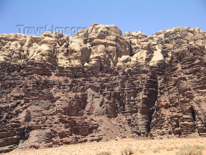jordan40: Jordan - Wadi Rum - Aqaba governorate: bi-coloured cliff - sandstone and granite - photo by R.Wallace - (c) Travel-Images.com - Stock Photography agency - Image Bank