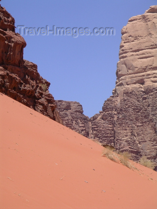 jordan41: Jordan - Wadi Rum - Aqaba governorate: steep dune - photo by R.Wallace - (c) Travel-Images.com - Stock Photography agency - Image Bank