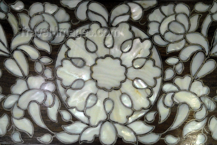 jordan94: Madaba - Jordan: mother-of-pearl inlay on a box - floral motives - photo by M.Torres - (c) Travel-Images.com - Stock Photography agency - Image Bank