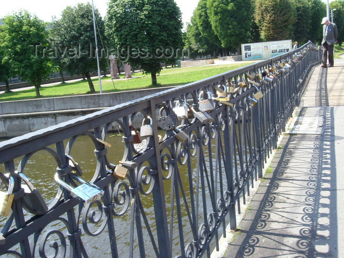 kaliningrad11: Kaliningrad / Königsberg, Russia: Honey bridge - railing with padlocks / Honig Brücke - Geländer mit Vorhängeschlössern - photo by P.Alanko - (c) Travel-Images.com - Stock Photography agency - Image Bank