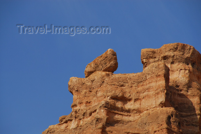 kazakhstan75: Kazakhstan, Charyn Canyon: Valley of the Castles - cliff with balancing rock - photo by M.Torres - (c) Travel-Images.com - Stock Photography agency - Image Bank