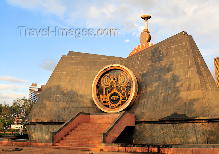 kenya19: Nairobi, Kenya: Nyayo Memorial - aka Footsteps Monument celebrating ten years of President Moi's Nyayo philosophy and twenty-five years of independence - Central park - Uhuru Hwy. - photo by M.Torres - (c) Travel-Images.com - Stock Photography agency - Image Bank