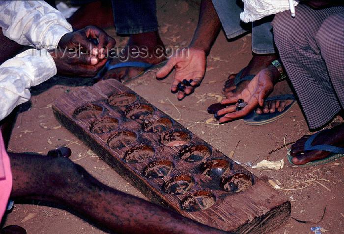 kenya54: Africa - Kenya - Takaungu - Kilifi District, Coast Province: men playing the Mancala game - photo by F.Rigaud - (c) Travel-Images.com - Stock Photography agency - Image Bank