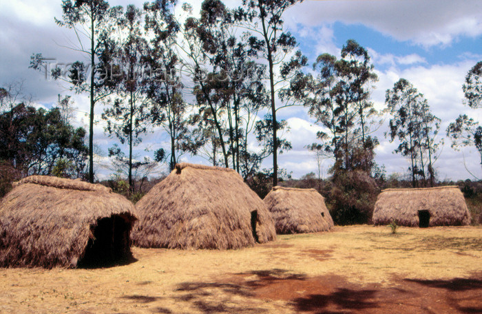 kenya57: Kenya - The Bomas of Kenya: straw hats - African Heritage - village (photo by F.Rigaud) - (c) Travel-Images.com - Stock Photography agency - Image Bank