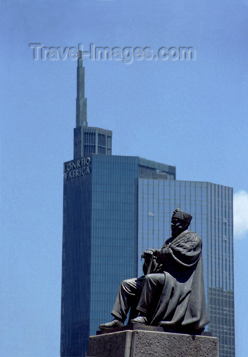 kenya60: Africa - Kenya - Nairobi: city square - statue of Jomo Kenyatta, the first President of Kenya, and Lonrho Africa building (photo by F.Rigaud) - (c) Travel-Images.com - Stock Photography agency - Image Bank