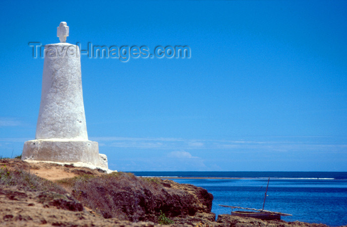 kenya66: East Africa - Kenya - Malindi / Melinde, Coast province: Portuguese Padrão - Vasco da Gama marker - remains of the Portuguese empire - vestígios do Império Português - Padrão Português na costa oriental de África - photo by F.Rigaud - (c) Travel-Images.com - Stock Photography agency - Image Bank