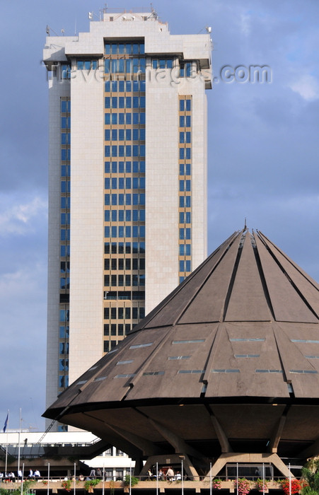 kenya95: Nairobi, Kenya: Times Tower Complex - Kenya Revenue Authority (KRA) and KICC flying saucer style auditorium - photo by M.Torres - (c) Travel-Images.com - Stock Photography agency - Image Bank