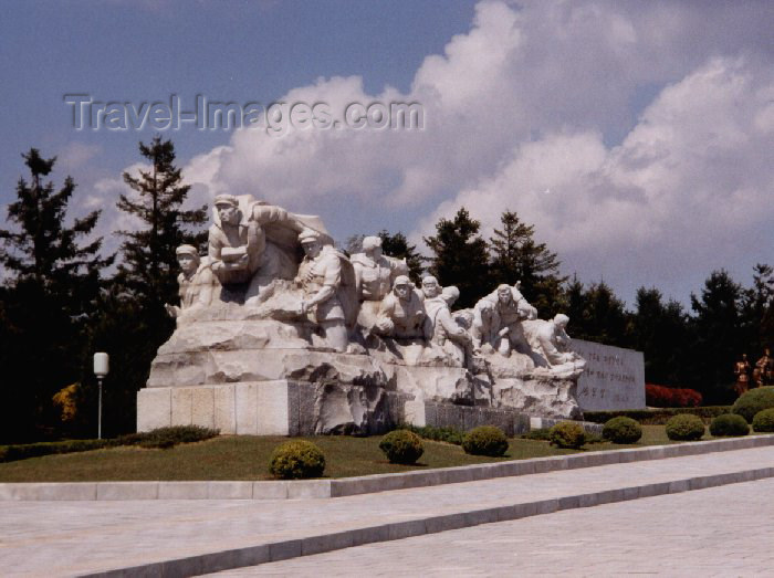 korean1: North Korea / DPRK - Taesong Mountains: Revolutionary Martyr's Cemetery (photo by M.Torres) - (c) Travel-Images.com - Stock Photography agency - Image Bank