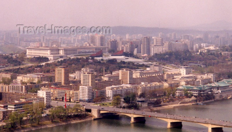 korean10: North Korea / DPRK - Pyongyang: Mansudae Grand Monument, Ongnyu restaurant and Ongnyu bridge (photo by M.Torres) - (c) Travel-Images.com - Stock Photography agency - Image Bank