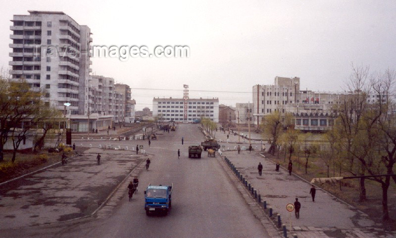 korean103: North Korea / DPRK - Sinuiju: central avenue (photo by M.Torres) - (c) Travel-Images.com - Stock Photography agency - Image Bank