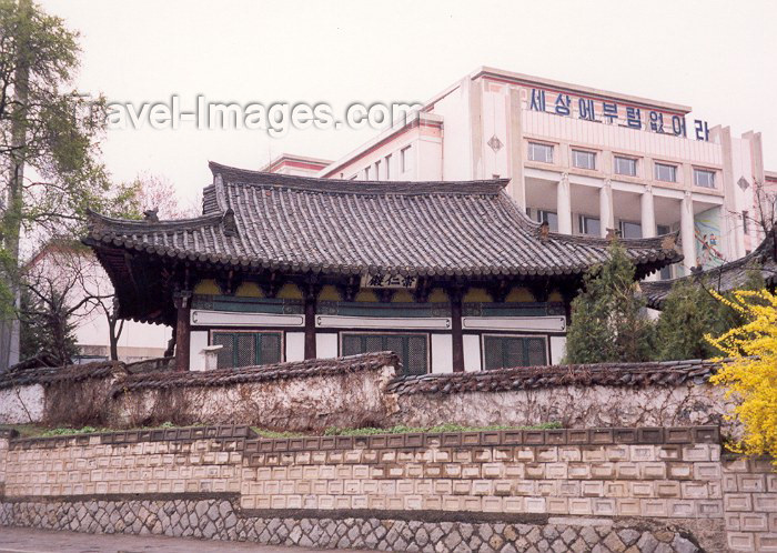korean104: North Korea / DPRK - Pyongyang: remains of old times - traditional Korean architecture (photo by M.Torres) - (c) Travel-Images.com - Stock Photography agency - Image Bank