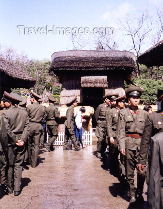 korean117: North Korea / DPRK - Pyongyang: the army at Mangyondae Native House - Kim Il Sung's childwood residence (photo by M.Torres) - (c) Travel-Images.com - Stock Photography agency - Image Bank