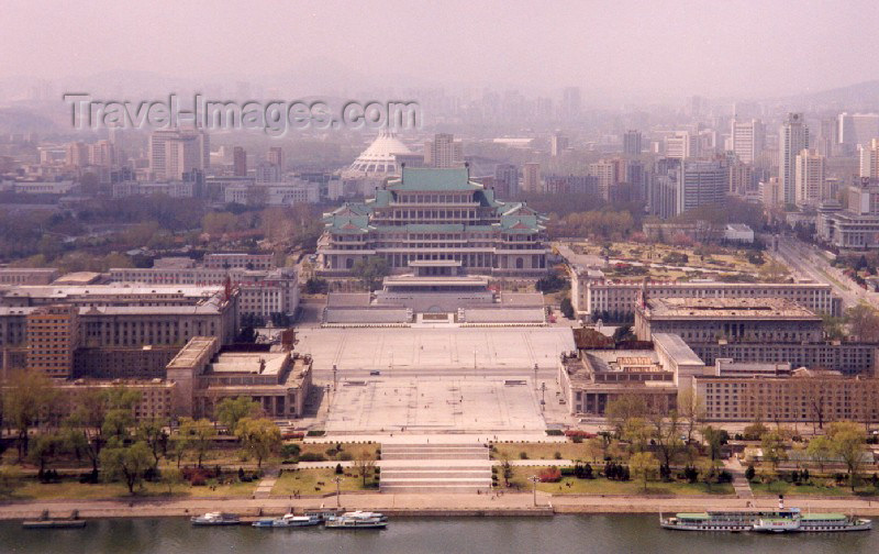 korean13: North Korea / DPRK - Pyongyang: Kim Il Sung square (photo by M.Torres) - (c) Travel-Images.com - Stock Photography agency - Image Bank