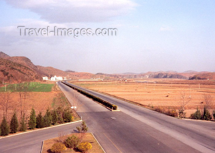 korean148: North Korea / DPRK - North Korea / DPRK - Kyomipo province: empty motorway (photo by Miguel Torres) - (c) Travel-Images.com - Stock Photography agency - Image Bank