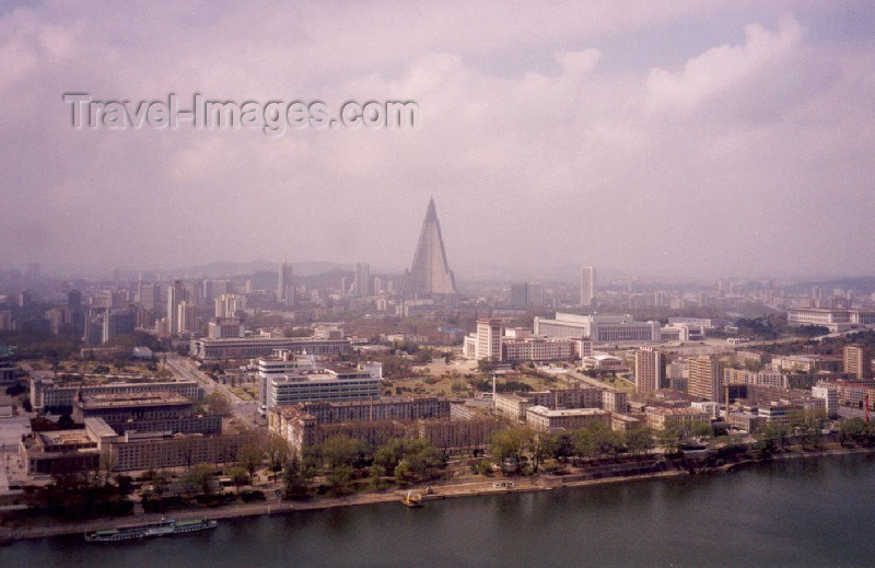 korean15: North Korea / DPRK - Pyongyang: Taedong river front - Pyongyang skyline with Ryugyong Hotel (photo by M.Torres) - (c) Travel-Images.com - Stock Photography agency - Image Bank