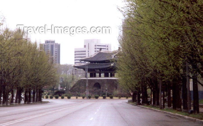 korean26: North Korea / DPRK - Pyongyang: Pothong Gate (photo by M.Torres) - (c) Travel-Images.com - Stock Photography agency - Image Bank