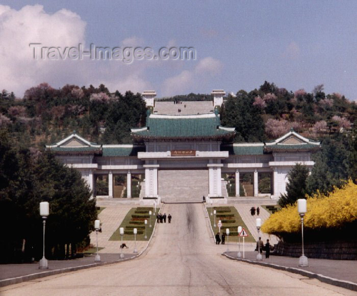 korean3: North Korea / DPRK - Taesong Mountains: Revolutionary martyrs's cemetery (photo by M.Torres) - (c) Travel-Images.com - Stock Photography agency - Image Bank