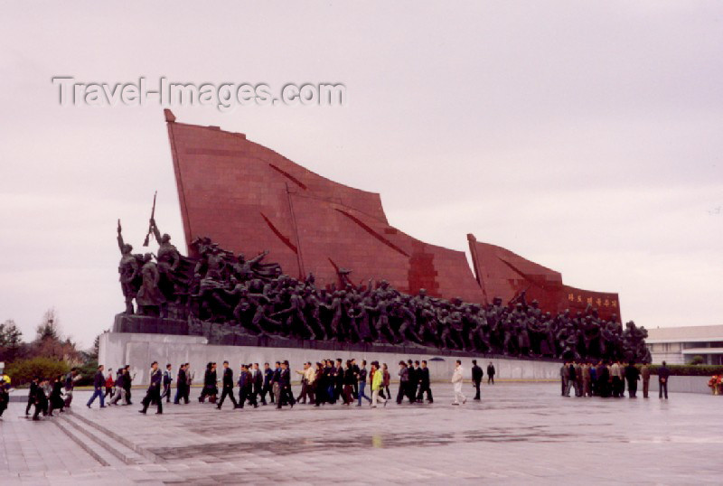 korean30: Pyongyang: Mansudae Grand Monument - communist flag (photo by M.Torres) - (c) Travel-Images.com - Stock Photography agency - Image Bank