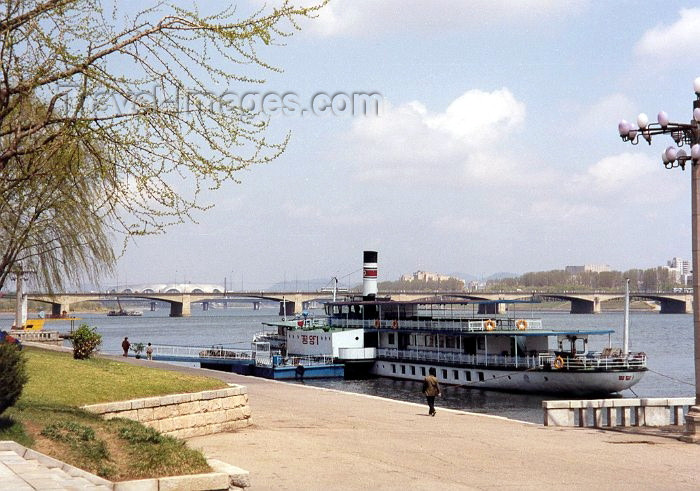 korean41: North Korea / DPRK - Pyongyang: Pleasure boat on the Taedong River and the Ongnyu bridge - background the May Day stadium (photo by M.Torres) - (c) Travel-Images.com - Stock Photography agency - Image Bank