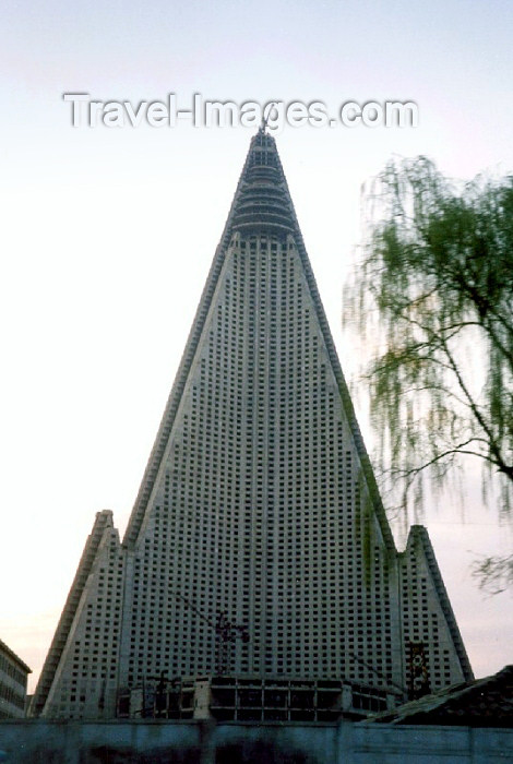 korean52: North Korea / DPRK - Pyongyang: unfinished Ryugyong hotel - designers: Baikdoosan Architects & Engineers (photo by M.Torres) - (c) Travel-Images.com - Stock Photography agency - Image Bank