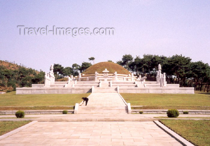 korean85: North Korea / DPRK - Tongmyong mausoleum: the tomb (photo by M.Torres) - (c) Travel-Images.com - Stock Photography agency - Image Bank