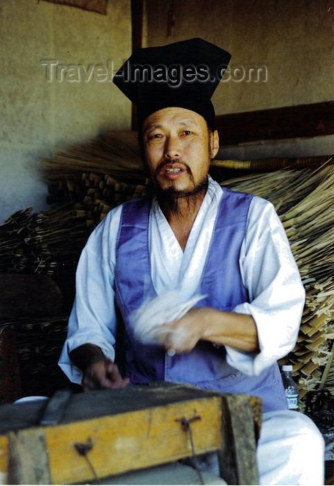koreas37: Asia - South Korea - Kyeonggi-do / Gyeonggi-do (Gyeonggi province): basket weaver - Korean Folk Village - photo by S.Lapides - (c) Travel-Images.com - Stock Photography agency - Image Bank