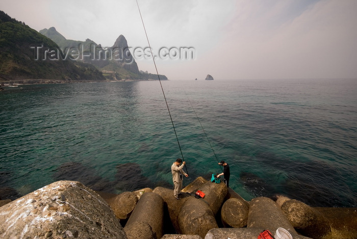 koreas39: Ulleungdo island / Dagelet, Korea: fishing in the Sea of Japan - anglers - photo by M.Powell - (c) Travel-Images.com - Stock Photography agency - Image Bank