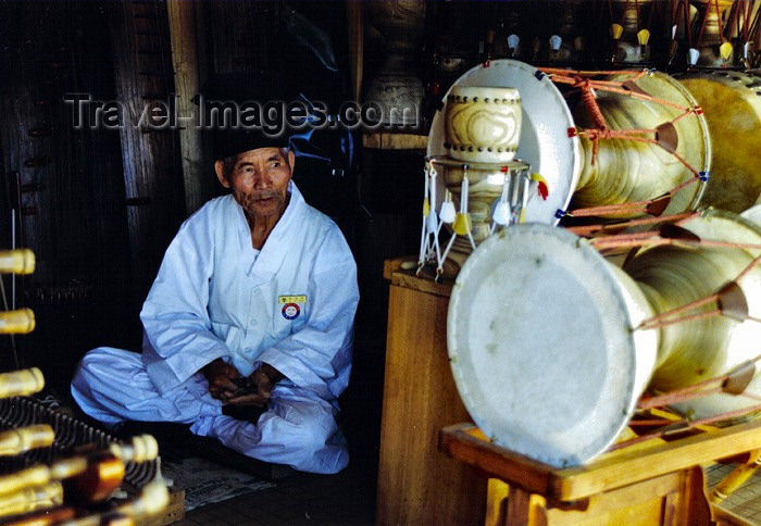 koreas43: Asia - South Korea - Kyeonggi-do / Gyeonggi-do (Gyeonggi province): drum man - Korean Folk Village - photo by S.Lapides - (c) Travel-Images.com - Stock Photography agency - Image Bank