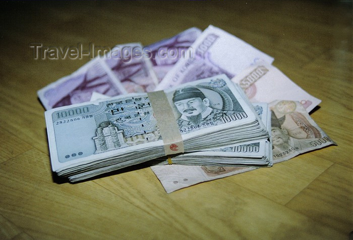 koreas54: Asia - South Korea - Korean currency - 10.000 won notes - KRW - W - photo by S.Lapides - (c) Travel-Images.com - Stock Photography agency - Image Bank
